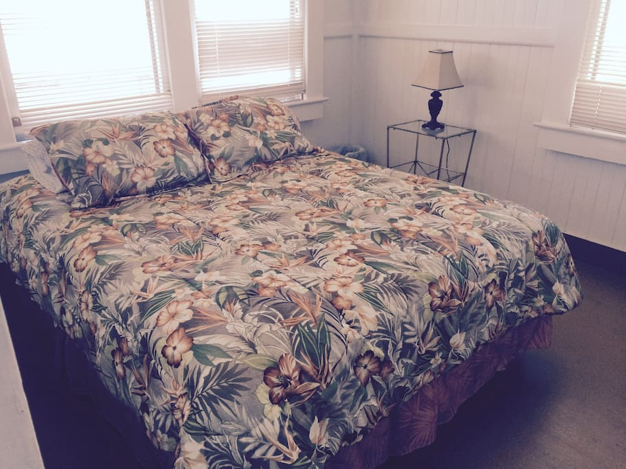 2 rooms with Queen size beds and lamps, one with ocean view
