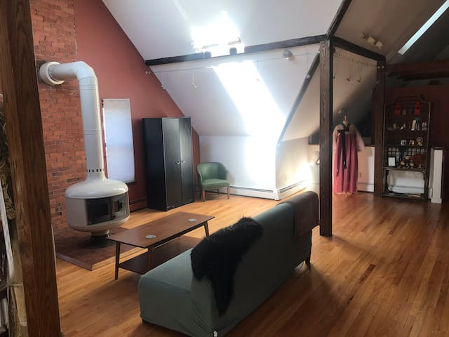 Unique artist's loft walking distance to Yale