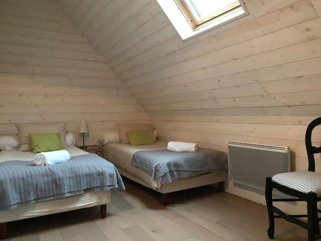 Chambre 3: chambre équipée de 2 lits 90cm