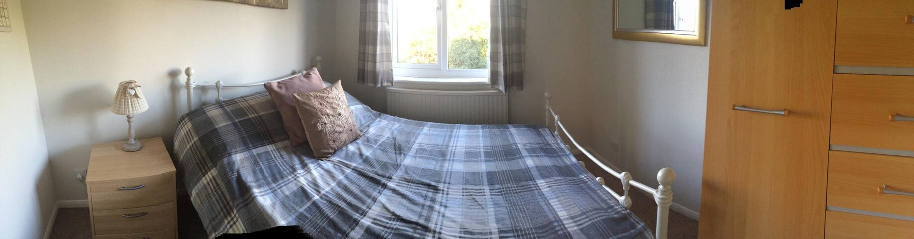 Immaculate double room in a family home, Ascot