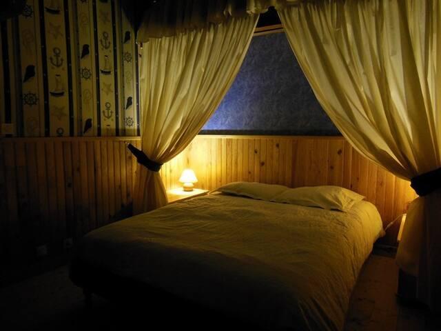 La chambre de l'Amiral est avec un lit double. Elle est exposée plein Est pour profiter du lever du soleil !