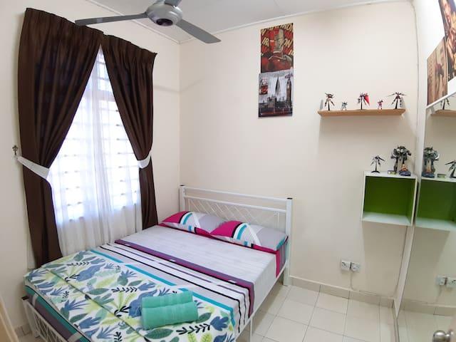 """Bedroom 2 - Queen Bedroom with 10"""" mattress + Aircond"""