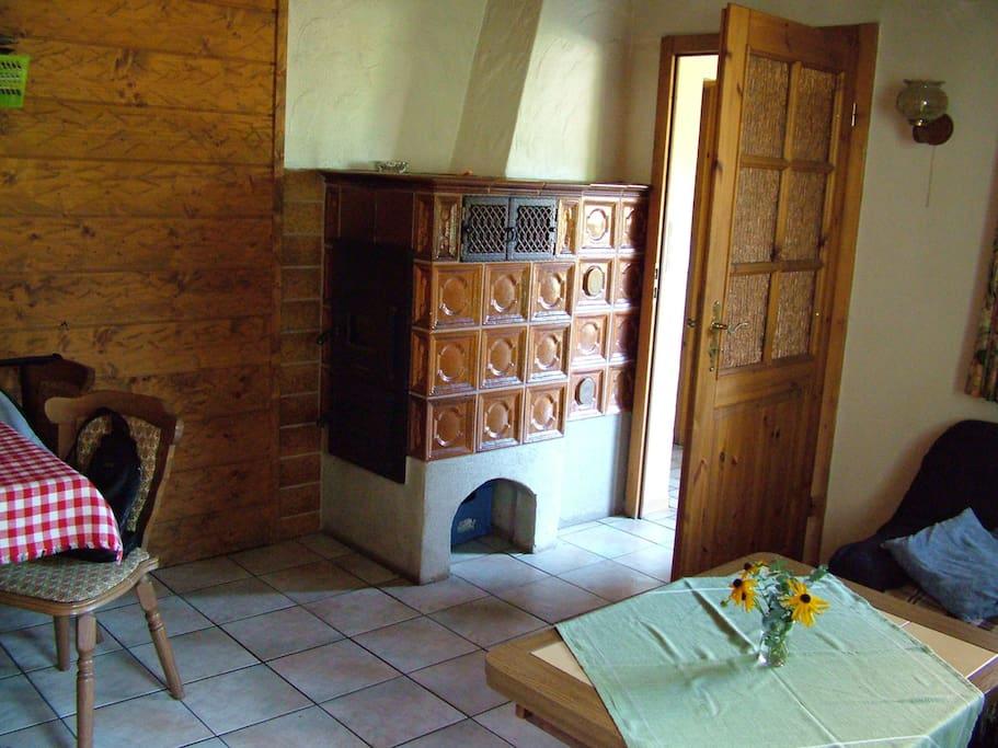 Wohnküche mit gemütlichem Kachelofen