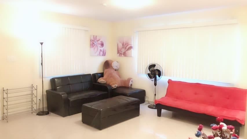 温馨,明亮,宽敞的很好私密性的独立房间。