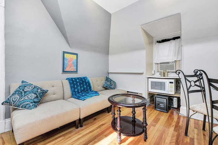 2 Bed, 3rd floor Apartment Centretown with Parking