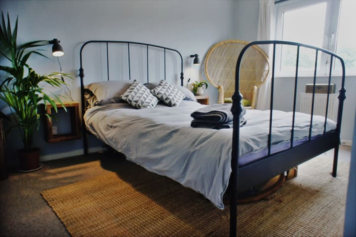 Stylish Double Bed - 20mins from Central London