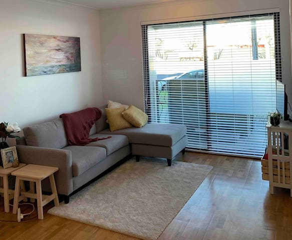 Sunny & Modern 2 Bedroom Apartment, Fitzroy North