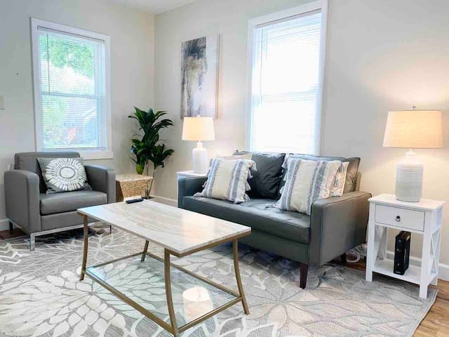 Gorgeous+Modern 2BR Home | Close to Everything