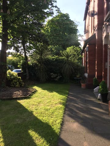 1-3 bed Apartment - leafy suburb of Mossleyhill