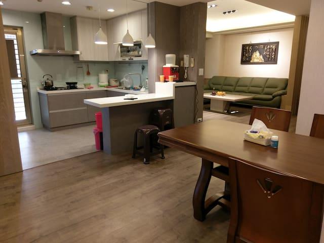 開放式廚房,三口瓦斯爐,電子飯鍋