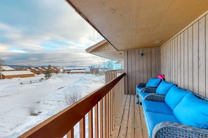 Quaint & cozy townhome w/private grill, porch, balcony & great mountain views!