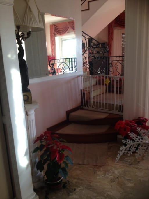 Salone e scala padronale per accesso al super-attico