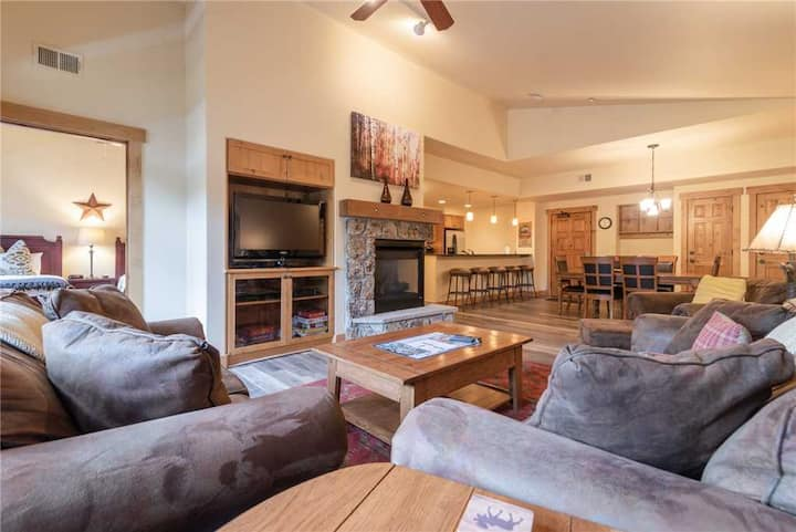 AL4205 Gorgeous Home Away From Home! Short walk to the slopes!