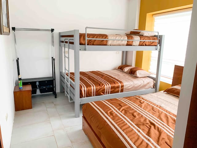 Una cama litera de dos plazas cada una, más una cama de dos plazas.