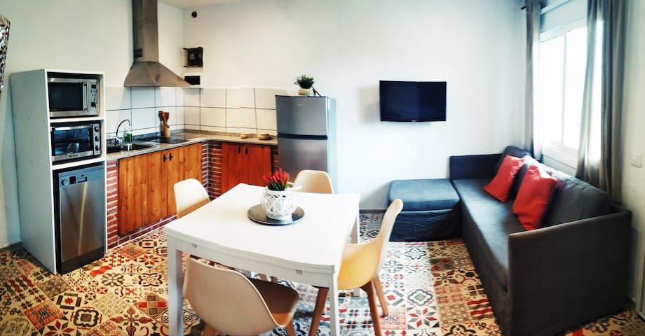 Cocina comedor totalmente renovado con TV y sofá cama
