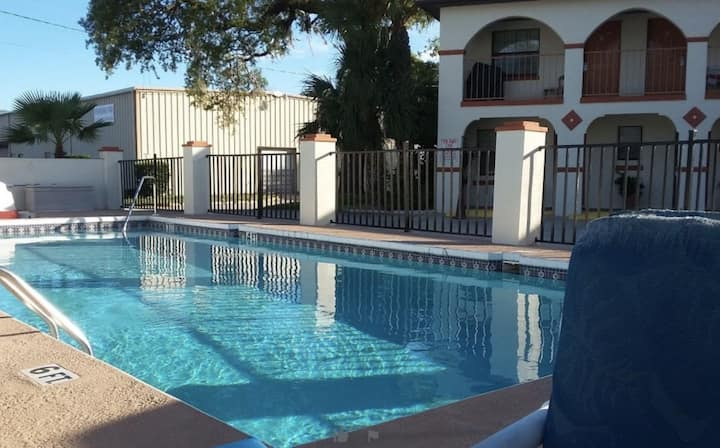 Family Vacay! Comfy Unit, Pool, Parking