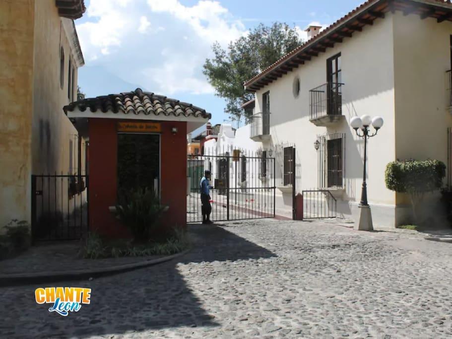 Ubicados en una excelente y prestigiosa zona de Antigua Guatemala.
