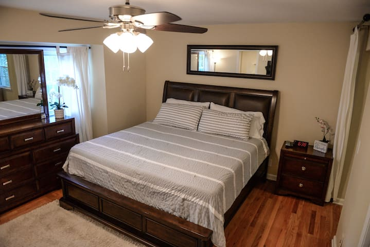 Master king size bedroom Second floor