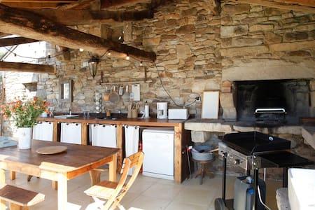 3 maisons en  pierre avec piscine chauffée - Lacapelle-Ségalar - Hotellipalvelut tarjoava huoneisto