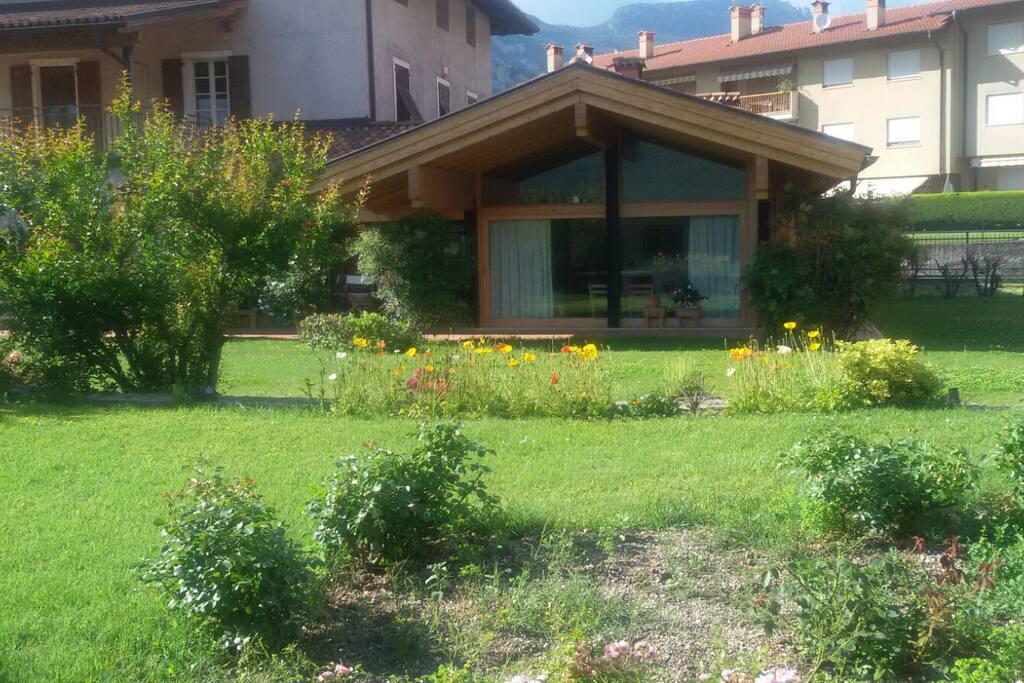 vista dell'appartamento dal giardino;