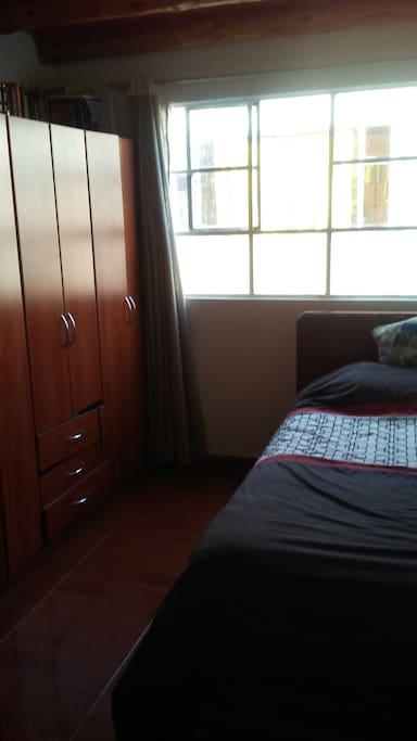 Es un apartamento relativamente pequeño es acogedor,Con tres habitaciones, Yo vivo en él,tengo disponible dos habitaciones. Sòlo hay un baño,cocina, comedor,sala pequeña un patio pequeño con una hamaca,en zona rural,el paisaje, Al rededor es, muy hermoso, muy verde,montañas arboles cerca de las minas de sal,y de los termales de tabio,de Bogotà Esta a cuarenta y cinco minutos, hay cerca un paisaje verde muy hermoso que se llama la cumbre y lo visita mucha gente, hay varios sitios turísticos como la reserva del neusa que es bellísima, las minas de sal que quedan en zipaquirà,los termales de tabio,el parque recreativo jaime duque,las cabañas de alpina que quedan en sopó,y a una hora con quince minutos,está la laguna de guatavita,es sencillamente majestuosa, mágica, misteriosa es realmente bellísima,colombia tiene unos paisajes bellisimos.
