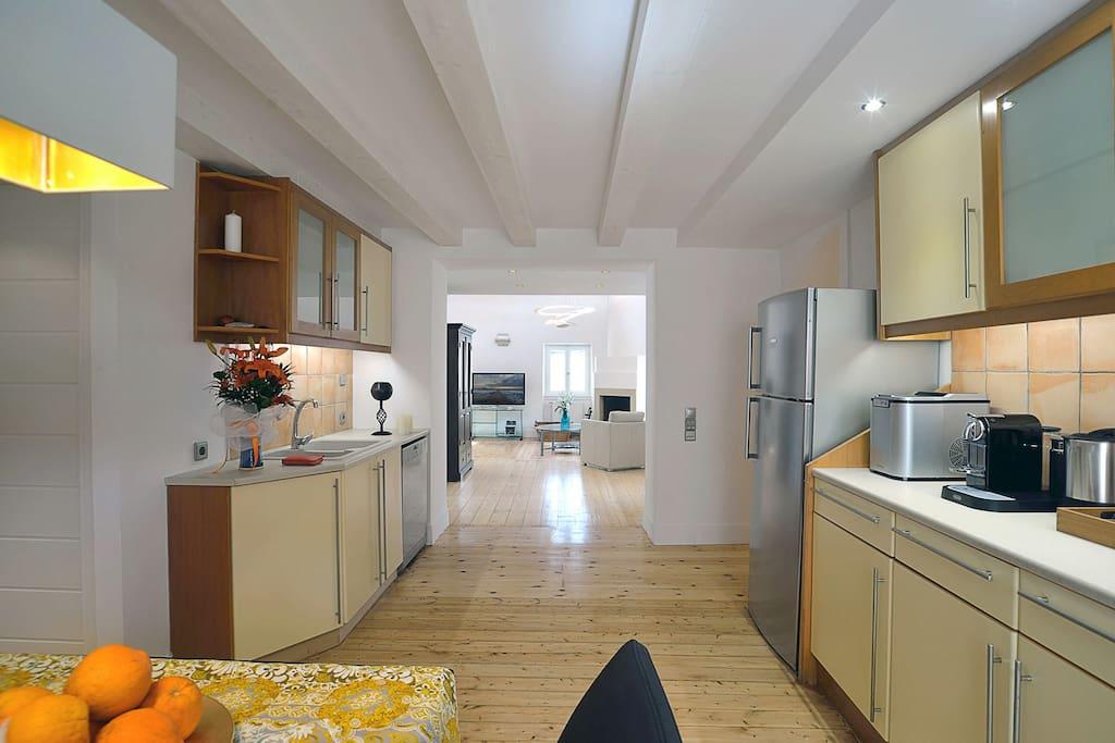 Küche mit Essplatz Blick zum Wohnzimmer
