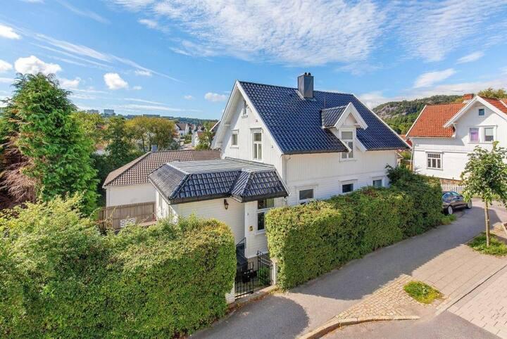 Gå avstand Kristiansand Sentrum, stort hus - hage.
