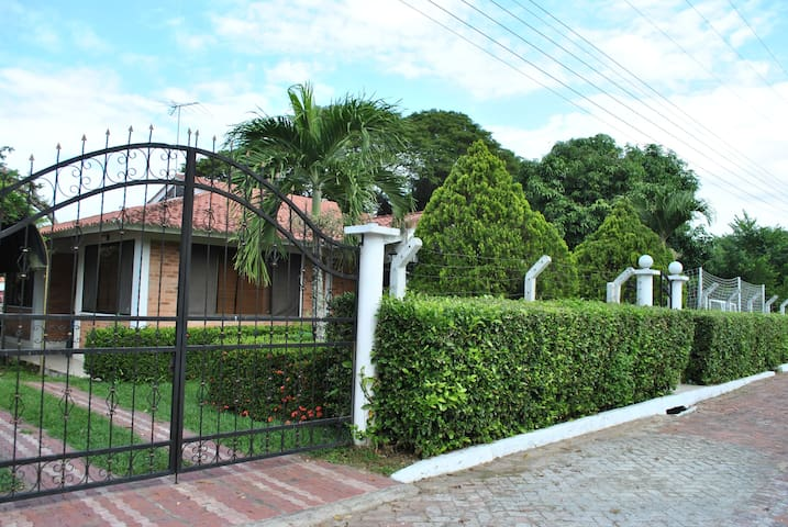Beautiful House in Exclusive Gated Community! - Melgar - Huis