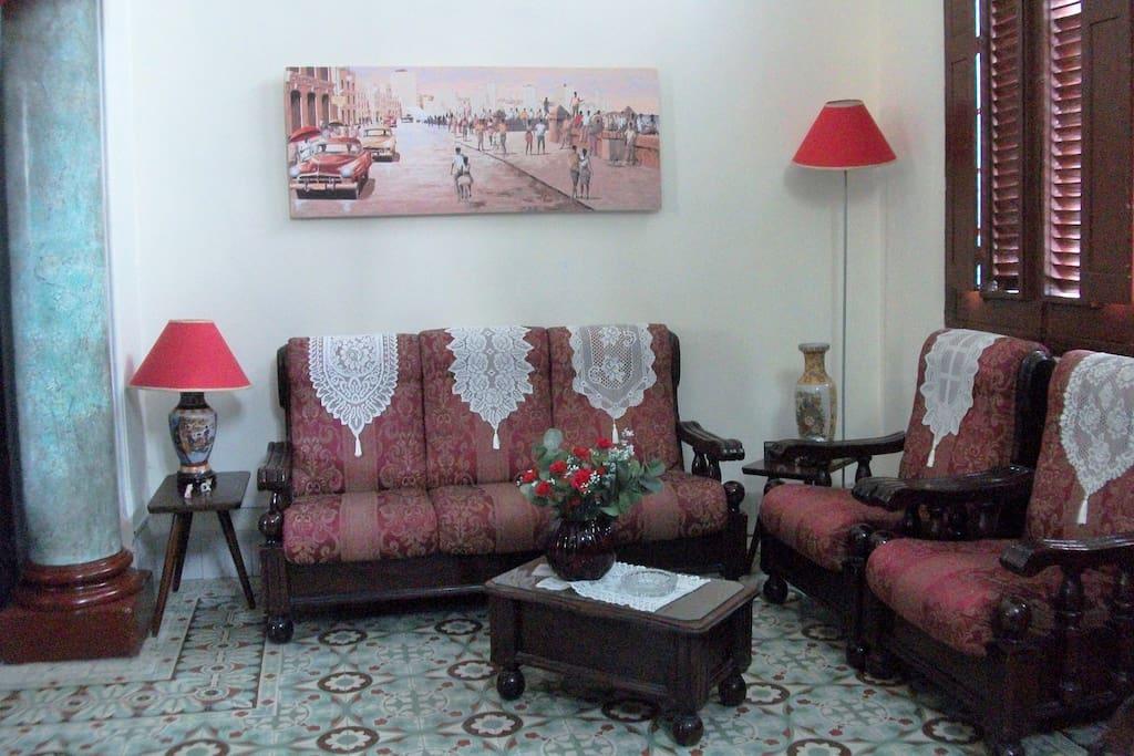 La sala principal, donde puedes pasar un buen rato leyendo un libro de nuestra coleccion o viendo la Tele