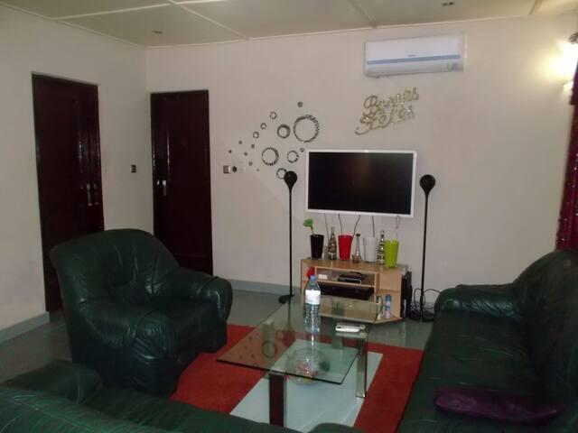 3 pièces tout confort avec garage - Lomé - Dům
