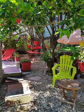 petit studio avec terrasse et entrée indépendante