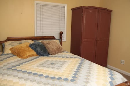 Comfortable Queen, Quiet Retreat (4) - Olathe - Casa