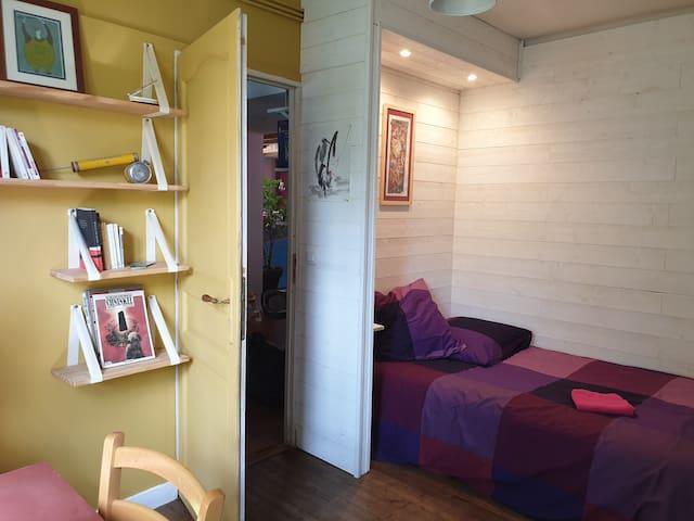 Jolie chambre ambiance bois pour petits sejours
