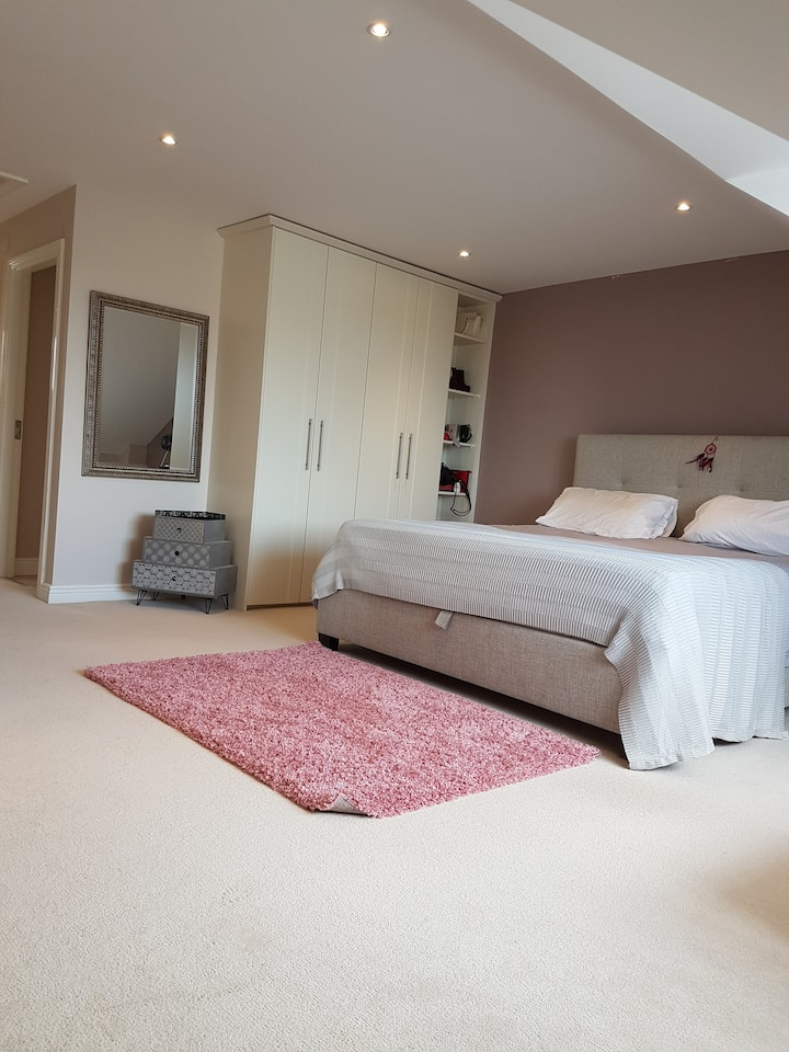 Large Double Room - Free Parking