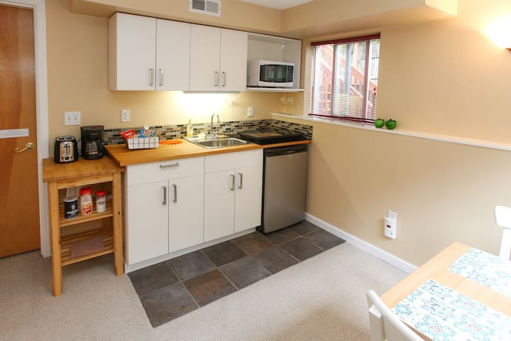 Kitchenette with mini fridge (including freezer), stove top and dining table