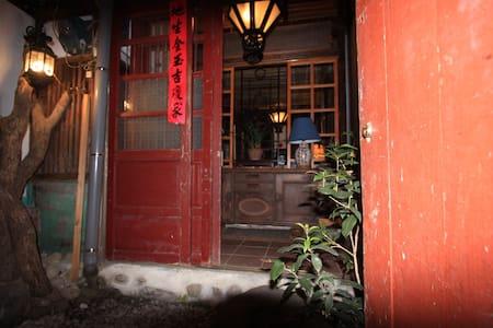 和風~4疊榻榻米,典藏百年古書道與名家李豐富畫作。