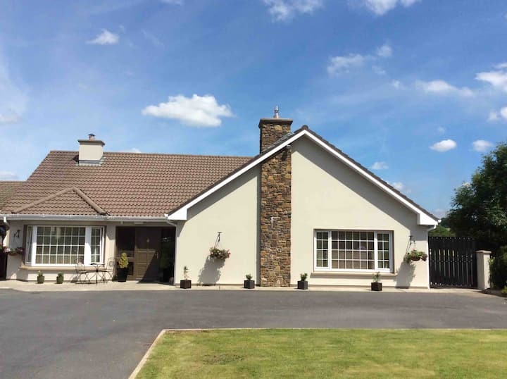 Muckross Road Double-EnSuite Bedroom close to INEC