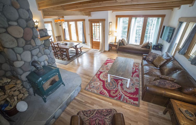 Alpenglow`s Tumalo Creek with river views on 1 acre, pet friendly, 1,800 sq. ft., sleeps 10, 3 bedrooms, 2.5 bathrooms, hammock and hot tub with river views!