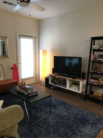 Modern, spacious, and bright one bedroom for SXSW!