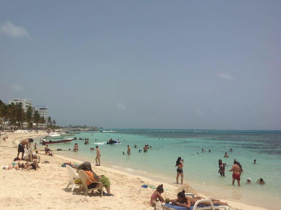 The beach, less than 200ft / la playa muy cerca del apt.