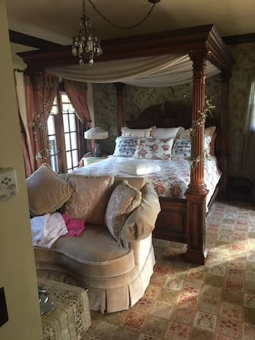 Luxurious Garden Room at The Black Orchid Bnb