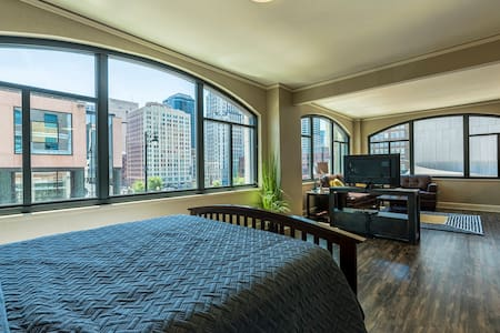 Luxury Corner Suite / Premier Downtown Views #217