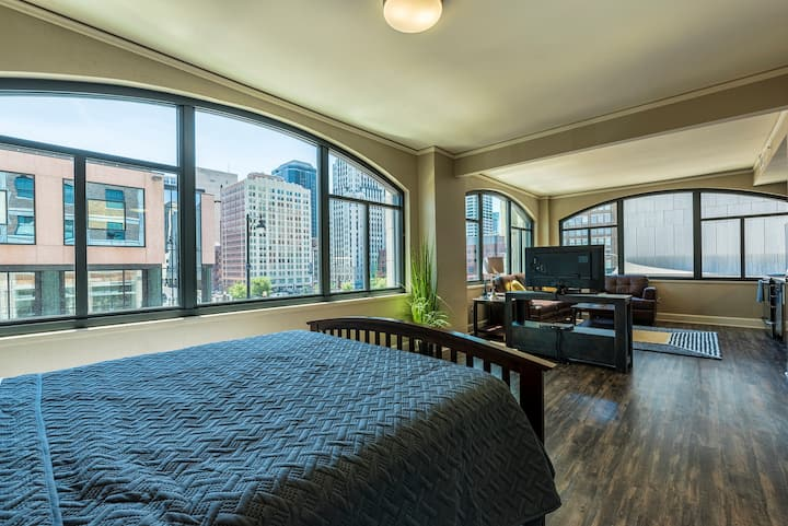 Luxury Corner Suite / Premier Downtown Views #217
