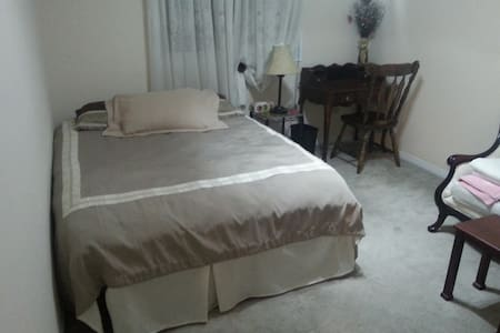 2 bedrooms 403 & Winston Churchill - Mississauga - Bed & Breakfast