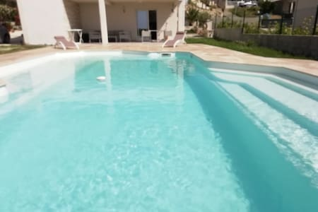 Bas de villa, piscine, proche plage et rivière