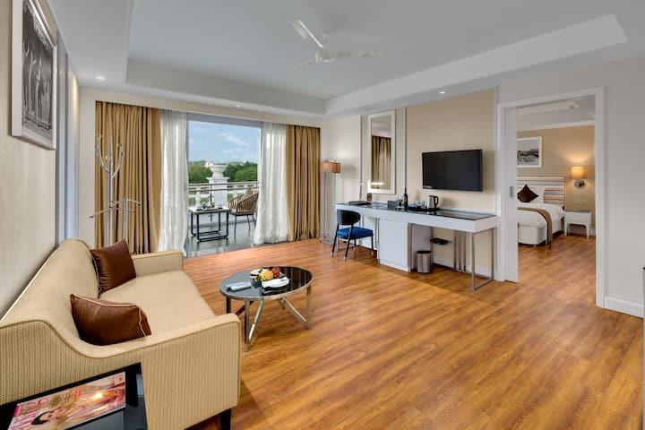 Hazel Suite - Hotel in Amanora Township, Pune