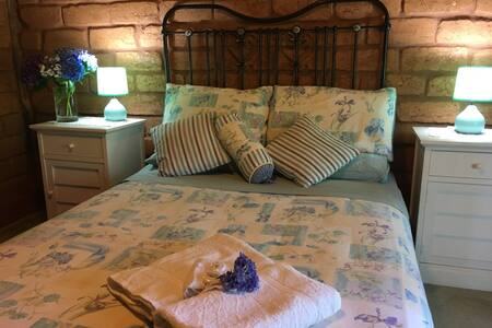 Lavender Refuge, Private ensuite double bedroom. - Bright - House