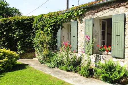 Charming Village Centre Cottage - Saint-Jean-d'Angle - Haus