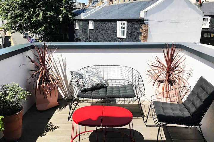 BRIGHT & QUIET STYLISH FLAT, SUNNY ROOF TERRACE