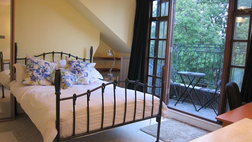 Pretty Balcony Room - 10 mins to City